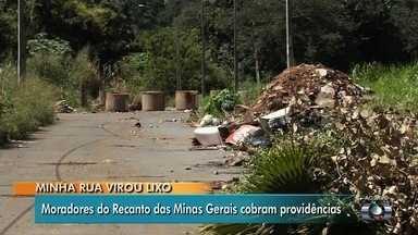 Moradores reclamam de lixo acumulado no Recanto das Minas Gerais, em Goiânia - População teme que isso aumente o número de criadouros do mosquito da dengue.