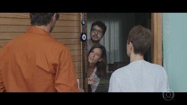 Andrea e Henrique são surpreendidos pela polícia - Advogada descobre que está sendo acusada de ser laranja do pai