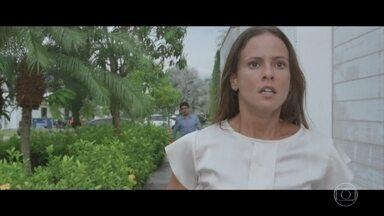 Andrea descobre que vai morar em um dos quartos da casa de Michele e se enfurece - Henrique consegue que a esposa cumpra prisão domiciliar, mas avisa que eles perderam a casa