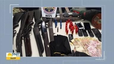 Dois bandidos morrem e quatro são presos após explosão em posto bancário no Agreste - Depois do assalto, houve perseguição e tiroteio com a Polícia Militar, em Jucati