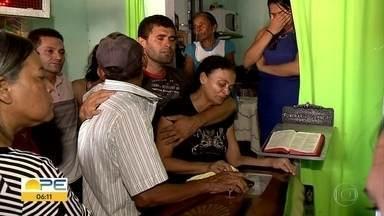 Vítimas de explosão em fábrica de fogos em Pernambuco são enterradas em Alagoas - Caso ocorreu em Cupoira, no Agreste.