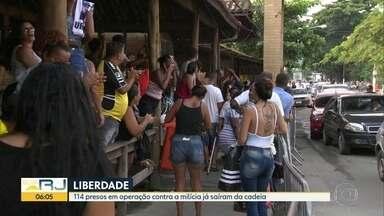 Cento e quatorze presos em operação contra a milícia deixam a cadeia no Rio - Cento e quatorze presos, que tiveram a liberdade concedida pela Justiça, já saíram da cadeia. Eles foram detidos há 20 dias, numa operação contra a milícia, durante uma festa, na zona oeste.