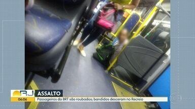 Ônibus do BRT foi assaltado - Bandidos fugiram.