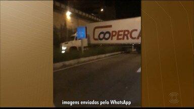 Caminhão faz manobra proibida e danifica canteiro central na BR-230, na Paraíba - Empresa diz que repudia esse tipo de conduta e que vai arcar com os reparos.