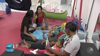 Mães reclamam da falta de um auxiliar de desenvolvimento infantil em escolas em Salvador - Mais de duzentas crianças com microcefalia estão em idade escolar, mas nem todas estão em sala de aula.