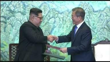 Líderes das Coreias firmam acordo de paz - Um aperto de mãos de 22 segundos selou uma aproximação histórica entre as coreias do Sul e do Norte, após 65 anos de conflito.