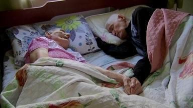 Casal de centenários emociona hospital com história de amor - Sebastiana, de 101 anos, foi internada e, um dia depois, Francisco, de 102 anos, ficou doente também. Os dois passaram o tempo todo de mãos dadas.