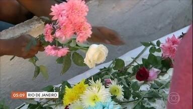 Mortos em chacina em Duque de Caixas (RJ) são enterrados - Três homens e duas mulheres com idades entre 19 e 49 anos foram mortos em frente a um bar. Testemunhas disseram que os criminosos passaram atirando. Veja outras notícias do Brasil.