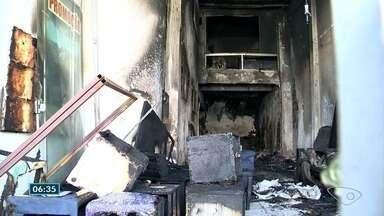 Loja de reparo de estofados fica destruída após incêndio em Vila Velha, ES - Ninguém ficou ferido, mas não sobrou nada da loja. Fogo começou por volta das 8h40 deste domingo (29), em Itaparica.
