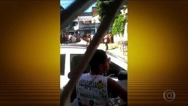 Polícia Civil investiga chacina em Duque de Caxias, na Baixada Fluminense - Cinco pessoas foram assassinadas por homens encapuzados perto de um bar numa favela. Os investigadores disseram que o crime tem indícios de execução.