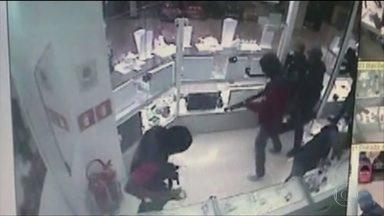 Quadrilha invade joalheria em shopping de SP para roubar - Muitos clientes se enconderam em outras lojas, em meio a correria e pânico. Um suspeito foi baleado.