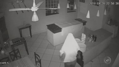 Ladrão invade restaurante e 'protege' TV furtada durante fuga em São Roque; vídeo - As câmeras de segurança de um restaurante localizado no Centro de São Roque (SP) flagraram o momento em um homem furta uma TV do estabelecimento. O crime foi registrado na noite de sábado (28), mas as imagens só foram divulgadas esta segunda-feira (30).