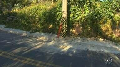 Poste no meio da rua é retirado pela concessionária responsável em Itatiba - A CPFL retira poste do meio da rua em bairro de Itatiba. Confira mais detalhes na reportagem.