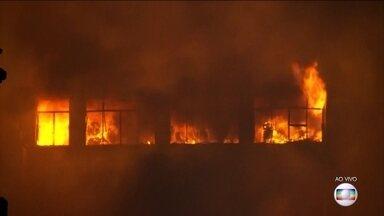 Tenente do Corpo de Bombeiros dá informações sobre incêndio no Centro de SP - Segundo o Tenente André Elias, há possibilidade de vítimas no prédio que desabou. Cerca de 160 homens trabalham no combate ao incêndio.