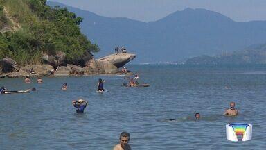 Muita gente aproveita calor do feriado na praia - Quem escolheu passar o feriado em Caraguá não se arrependeu.