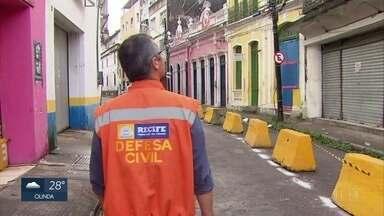 Defesa Civil faz nova vistoria em casarões interditados no Centro do Recife - Parte da estrutura dos imóveis desabou na segunda-feira (30).