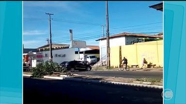 Condutor perde controle de carro e derruba poste em Teresina - Condutor perde controle de carro e derruba poste em Teresina