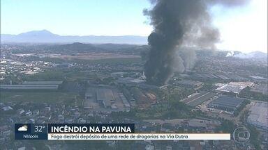 Incêndio destrói depósito de uma rede de drogarias na Via Dutra - Galpões ficam na Pavuna.