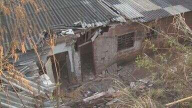 Família que teve casa atingida por ônibus avalia estragos em São Carlos, SP - Veículo furtado por adolescente foi retirado com guindaste e guinchos na noite de segunda.
