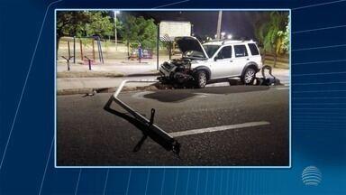 Carro atinge poste em avenida de Presidente Prudente nesta terça-feira - Local, que fica no Parque do Povo, permaneceu interditado.