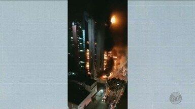 Edifício de 24 andares em chamas desaba no Centro de São Paulo - Uma pessoa morreu e Corpo de Bombeiros procura por vítimas.