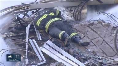 Bombeiros trabalham com possibilidade de sobreviventes - Por isso, não usam máquinas pesadas. Nas contas da Prefeitura, ainda faltam 34 moradores para se apresentarem na tenda montada no local.