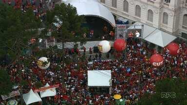 Trabalhadores tomam a Praça Santos Andrade no feriado - Manifestações de 1º de Maio também foram realizadas em frente à sede da PF em Curitiba