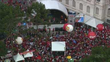 Primeiro de Maio foi de manifestações em vários pontos de Curitiba - De missa a ato promovido pelos movimentos sociais e centrais sindicais, manifestantes protestaram contra a reforma da previdência e também contra prisão do ex-presidente Lula.