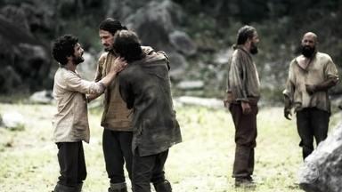 Afonso e Constantino saem do cárcere privado e voltam para a Pedreira - O feitor debocha de Afonso e Constantino antes de soltá-los