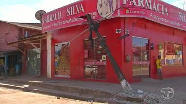 Caminhão esbarra e deburra poste em cima de farmácia no bairro São José Operário - Farmácia fica localizada no cruzamento das Avenidas Moaçara e Dom Frederico Costa.