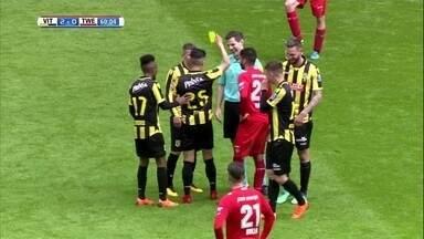 """Na Holanda, árbitro """"comete falta"""" em jogador e acaba recebendo cartão amarelo - Na Holanda, árbitro """"comete falta"""" em jogador e acaba recebendo cartão amarelo"""