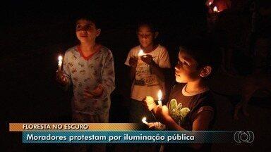 Moradores fazem protesto pedindo iluminação pública no Bairro Floresta, em Goiânia - Eles reclamam que pagam por taxa, mas não tem serviço.