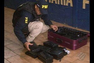 PRF prende traficante e apreende mais de 22 kg de cocaína em ônibus na BR-230 - Flagrante foi na noite de terça-feira (1º) em Altamira. Homem estava com as malas cheias de drogas.