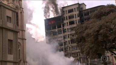 Cinco prédios ao redor de escombros de desabamento em SP estão interditados - Estabelecimentos próximos aos escombros do prédio que desabou em São Paulo após um incêndio foram fechados para a realização do trabalhos do bombeiros. Além disso, cinco prédios foram interditados pela Defesa Civil, nas imediações.