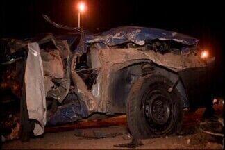 Três pessoas ficam feridas em acidente na MG-050 em Divinópolis - Motorista do carro fugiu da PM, invadiu a contramão e provocou acidente. Veículo bateu em um caminhão. Além do motorista do carro, outras duas pessoas ficaram feridas.