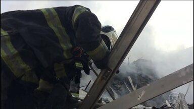 Trabalho de resgate das vítimas se concentra onde Ricardo teria caído - Bombeiros dizem que ainda existem focos de incêndio no meio dos escombros do prédio, o que dificulta as buscas.