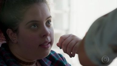 Jade implica com Úrsula no ônibus - Úrsula diz a Flora e Maria Alice que precisa emagrecer e reclama que a galera do concurso a encarou por causa de seu peso