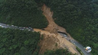 Governo do Estado libera Rodovia Mogi-Bertioga fechada após queda de barreira - A estrada é usada para motoristas que buscam acesso para o litoral.
