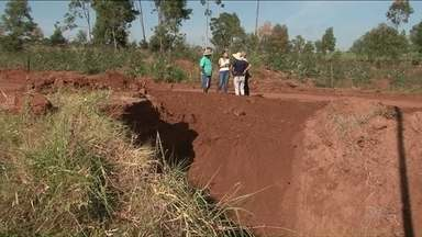 Moradores de área rural de Tamboara esperam obra em estrada - Uma cratera se abriu no local. Moradores reclamam da demora e que a situação atrapalha vida na comunidade.
