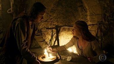 Amália planeja fugir da cabana com Levi - A plebeia queima vestido que recebeu de presente do Marquês