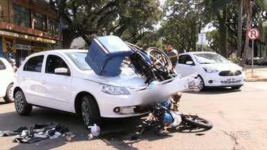 Câmera de Segurança flagra acidente entre carro e moto em Maringá - Motociclista ficou ferido e foi encaminhado para um hospital