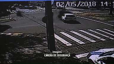 Vídeo: motociclista bate em carro no meio de avenida - Uma câmera de segurança registrou o acidente. Ninguém se feriu gravemente.