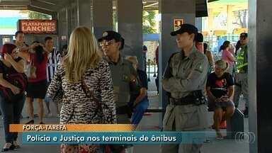 Polícia realiza força-terfa em terminais de Goiânia - Ação busca prevenir crimes no transporte publico da capital.