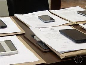 Aparelhos celulares são devolvidos para vítimas de roubos e furtos em Montes Claros - Ação do Ministério Público em parceria com a PM restituiu aparelhos furtados ou roubados em 2016 e 2017; número de identificação 'IMEI' garantiu identificação dos celulares.