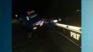 Ônibus de romeiros bate em carra ao tentar fugir de um de assalto. - Foi em Palmeira da BR-277. O ônibus volta de Aparecida com destino a Irati.