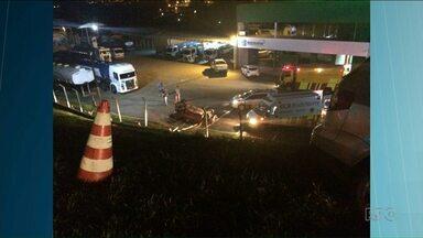 Uma pessoa morreu depois do carro despencar num barranco - O acidente foi na PR-151 na região dos Campos Gerais, o carro despencou de uma altura de 40 metros. Uma pessoa morreu e seis ficaram feridas.