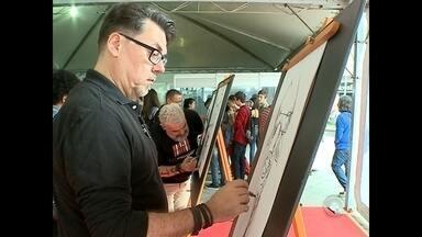 Feira do Livro de Santa Maria reúne cartunistas de todo o estado - Quem circulou pela Praça Saldanha Marinho pôde prestigiar e até mesmo participar dos trabalhos produzidos pelos artistas.