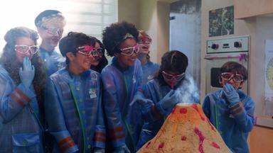 Escola de Gênios - Isaac, contrariado, visita a Escola de Gênios. Tesla fica incomodada com a presença do novato. Enquanto os alunos tentam descobrir mais sobre ele, Isaac se interessa pelo Laboratório de Robótica.
