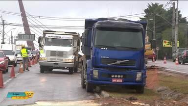 Obras da Copel interditam trânsito na Avenida das Torres, em Curitiba - Veja também outras notícias sobre o trânsito no estado.