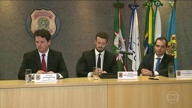 Nova fase da Operação Lava Jato tem cinco presos - A 51ª fase da Operação Lava Jato cumpriu mandados em São Paulo, no Rio de Janeiro e no Espírito Santo. Cinco pessoas foram presas. Batizada de Dèjá Vu, a ação investiga o pagamento de R$ 200 milhões no contrato da Petrobras com a Odebrecht.